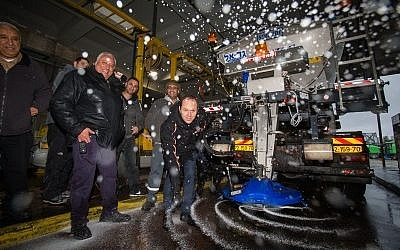 Jerusalem Mayor Nir Barkat oversees preparations for snow, which is expected to fall in Jerusalem this week. January 24, 2016. (Yonatan Sindel/Flash90)