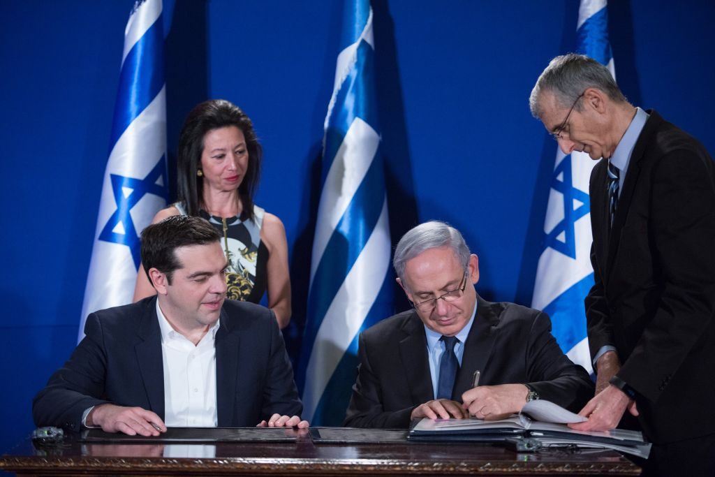 Netanyahu and Tsipras sign bilateral agreements during a press conference in Jerusalem, January 27, 2016. (Yonatan Sindel/Flash90)