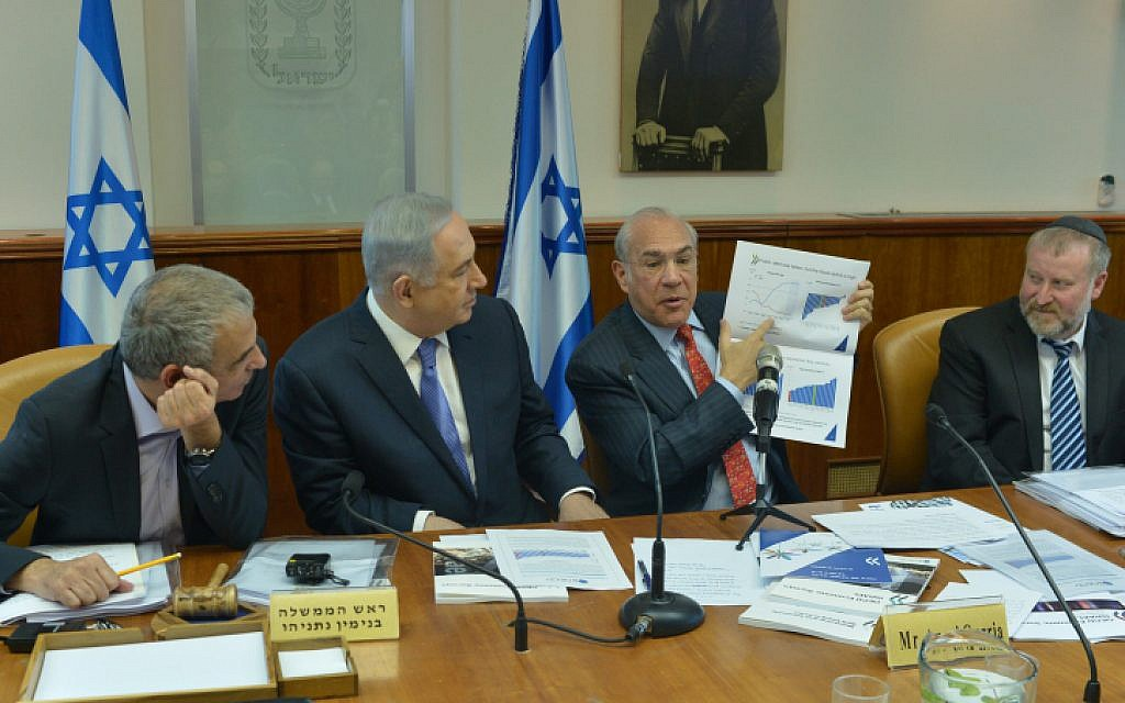 Prime Minister Benjamin Netanyahu (2L) seen with Angel Gurria (2R), Secretary-General of the Organization for Economic Co-operation and Development (OECD) , during the weekly cabinet meeting in Jerusalem on January 31, 2016. (Kobi Gideon/GPO)