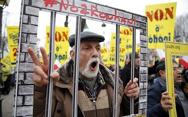 Protesters shout as they demonstrate against Iranian President Hassan Rouhani's visit in Paris, Wednesday, January 27, 2016 (AP Photo/Christophe Ena)