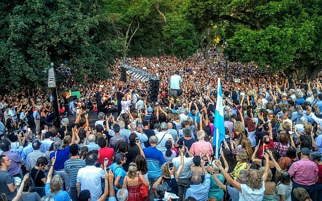 Thousands hold up candles at Buenos Aires's Plaza Alemania at a memorial ceremony for allegedly murdered Argentinian prosecutor Alberto Nisman on January 18, 2016. (Ilan Ben Zion/The Times of Israel)