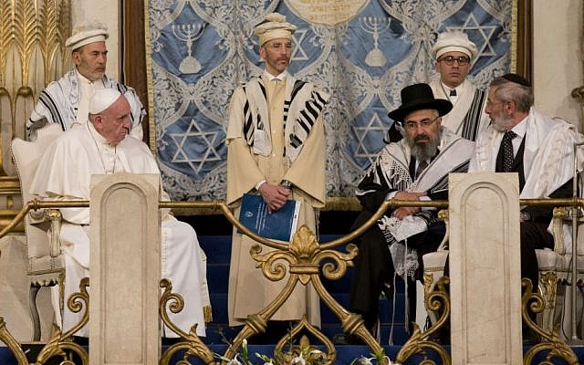 Pope Francis, flanked by Rabbi Riccardo Di Segni, right, during his first visit to a synagogue as pope on  January 17, 2016. (AP Photo/Alessandra Tarantino)
