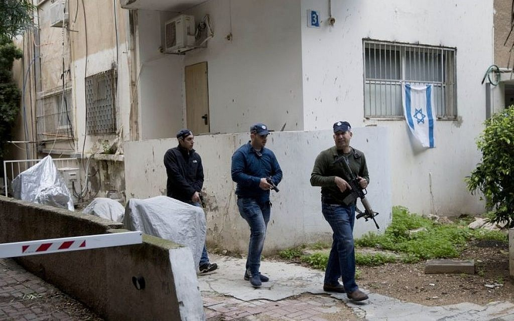 Israeli police officers search for a gunman near the scene of a shooting attack in Tel Aviv, January 1, 2016. (AP/Oded Balilty)