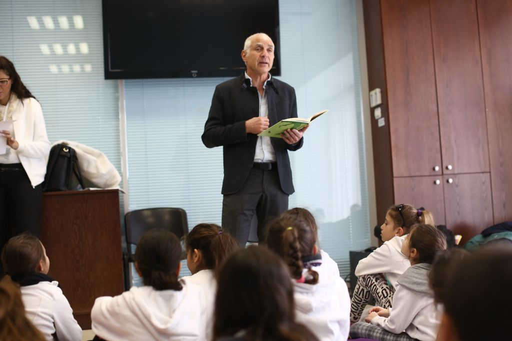 Tesh Atid MK Yaacov Peri reads to children from a Hebrew translation of Shel Silverstein's The Giving Tree at the Knesset on Tuesday, January 19 2016. (Knesset)