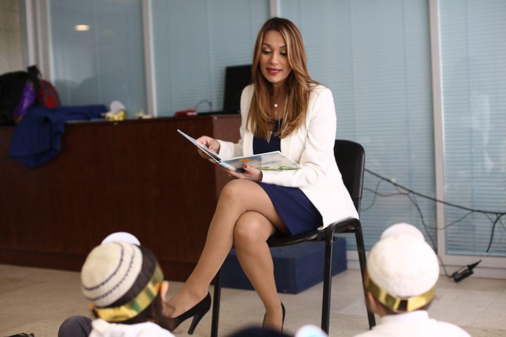 Kulanu MK Yifat Shasha Bitton reads a story to children visiting the Knesset on Tuesday, January 19 2016. Knesset)