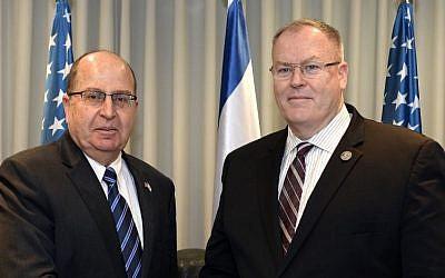Defense Minister Moshe Ya'alon and US Deputy Secretary of Defense Robert Work at the Defense Ministry, Tel Aviv, January 14, 2016. (Ministry of Defense)