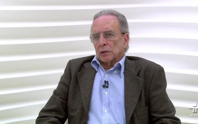 Brazilian journalist Janio de Freitas speaks on Brazilian TV in 2012 (screen capture: YouTube)