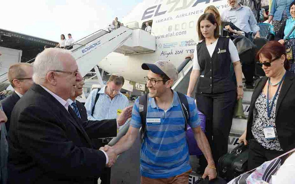 Israeli President Reuven Rivlin welcomes new immigrants from the USA and Canada, on August 12, 2014. (Mark Neyman/GPO/Flash90)