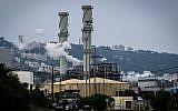 Pollution in the northern Israeli city of Haifa, April 15, 2015 (Basel Awidat/Flash90)