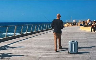 Israeli company NUA Robotics unveiled its robotic suitcase that follows travelers around in January 2016. (Screen capture: YouTube)