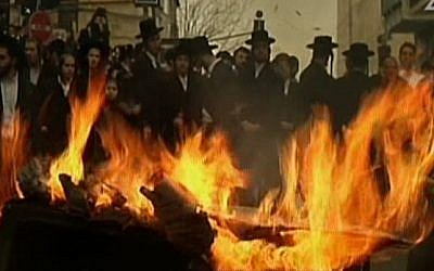Ultra-Orthodox men protest in Jerusalem on January 7, 2016, after authorities ordered an autopsy on a four-month-old infant from the community (screen capture: Channel 2)