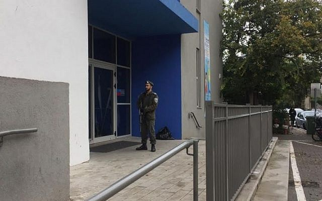 A Border Policeman stands guard at an elementary school in north Tel Aviv on January 3, 2015 (Simona Weinglass / Times of Israel staff)