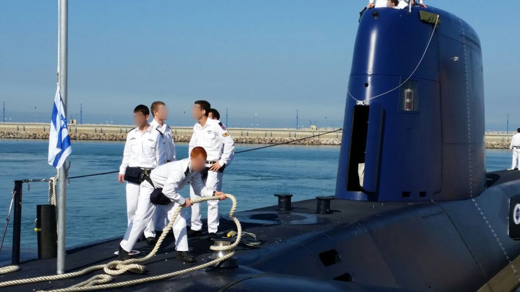 The INS Rahav submarine reaches the Israeli shore in Haifa, January 12, 2015 (Simon Aran)