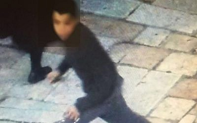 Image of a suspect in a stabbing attack on an Israeli teenager at Damascus Gate on January 30, 2016 (Courtesy)