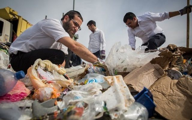 File: Ultra Orthodox Jews search in a pile of garbage at Jeruslem's Givat Shaul city dump, after losing a very expensive engagement ring, on January, 21, 2016. (Hadas Parush/Flash90)