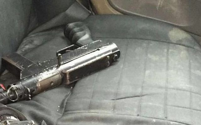 One of two submachine guns seized from two Palestinian suspects by IDF forces in the West Bank, January 19, 2016. (IDF spokesperson)