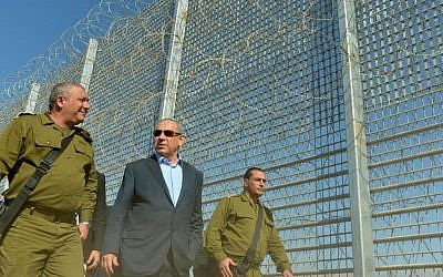 Prime Minister Benjamin Netanyahu tours the new fence along the Jordanian border with IDF Chief of Staff Gadi Eisenkot and the head of the Southern Command Eyal Zamir, February 9, 2016. (Kobi Gideon/GPO)