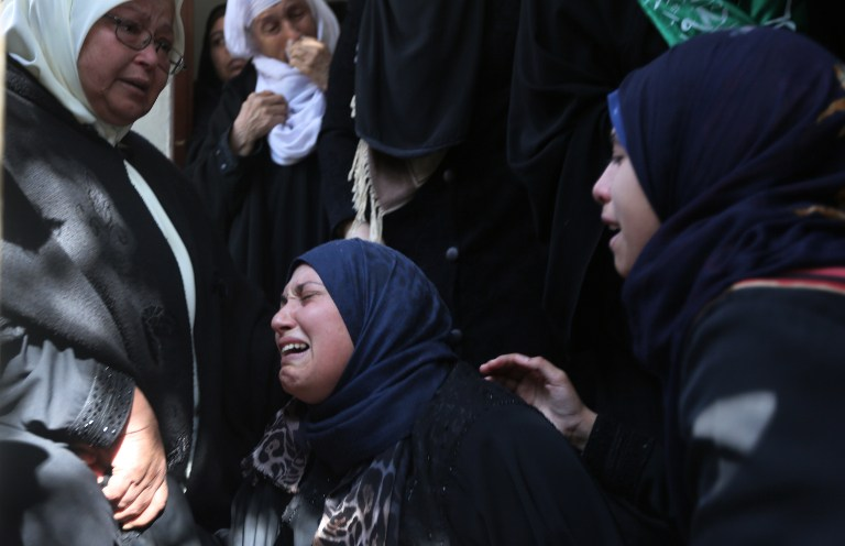 Relatives mourn during the funeral of Hamas militant Ahmed al-Zahar, killed during a tunnel collapse, during his funeral in the village of Al-Moghraga near the Nuseirat refugee camp in the central Gaza Strip on February 3, 2016. (AFP / MAHMUD HAMS)