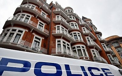 """A police vehicle drives past Ecuador's embassy in central London on February 5, 2016, as Britain rejected a UN panel's ruling Friday that called for Julian Assange's """"detention"""" at Ecuador's embassy in London to be brought to an end. (AFP / BEN STANSALL)"""