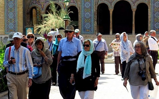 A picture taken on August 5, 2015 shows foreign tourists visiting Tehran's Golestan Palace (AFP / ATTA KENARE)