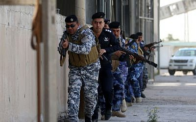 Iraqi security forces, in charge of the port security, take part in an exercise to simulate a terrorist attack on February 8, 2016 at the Iraqi port of Umm Qasr near the southern city of Basra. (AFP / HAIDAR MOHAMMED ALI)
