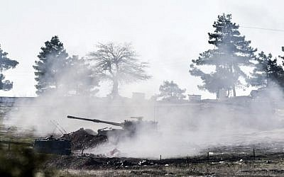 Turkish army cannon shoots in the direction of Syria near the border close to Oncupinar crossing gate in Kilis, in south-central Turkey, on February 15, 2016 (AFP / BULENT KILIC)
