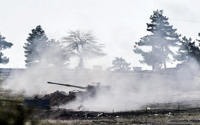 Turkish army cannon shoots in the direction of Syria near the border close to Oncupinar crossing gate in Kilis, in south-central Turkey, on February 15, 2016.(AFP / BULENT KILIC)
