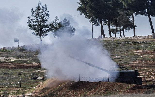 Turkish cannons fire from their army position near the Oncupinar crossing gate close to the town of Kilis, south central Turkey, towards the Syria border, on February 17, 2016.  (AFP / BULENT KILIC)