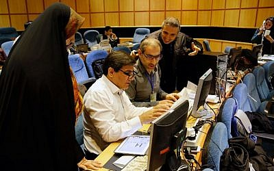 Iranian journalists work in a press room at the Interior Ministry as they follow the preliminary results of the parliamentary and Experts Assembly elections on February 28, 2016 in Tehran. (AFP / STRINGER)