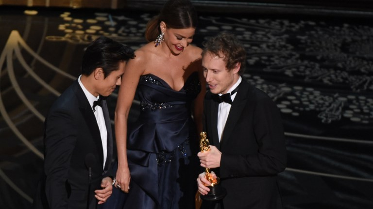 Actress Sofia Vergara and actor Byung-hun Lee present the award for Foreign Language film, Son of Saul, to director Laszlo Nemes (R) on stage at the 88th Oscars on February 28, 2016 in Hollywood, California (AFP PHOTO / MARK RALSTON)