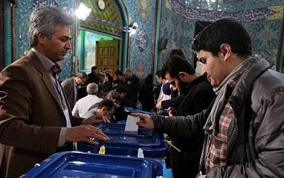 An Iranian man casts his ballot at a polling station in Tehran on February 26, 2016 (ATTA KENARE / AFP)