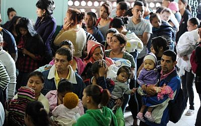 Parents with their children crowd a hospital in Tegucigalpa, Honduras, on February 1, 2016. (AFP/Orlando Sierra)