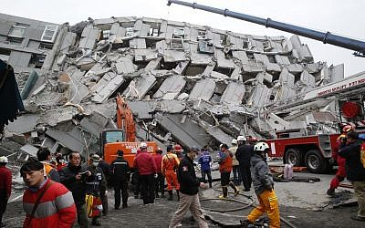 Rescue workers search a collapsed building from an early morning earthquake in Tainan, Taiwan, February 6, 2016. (Wally Santana/AP)