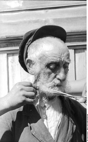 German soldiers cut the beard of an old Jewish man in July 1941 (CC BY-SA Friedrich Gehrmann/Wikimedia Commons)