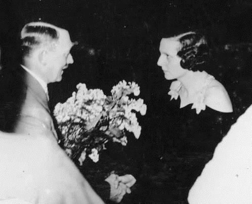 Hitler congratulating Riefenstahl with flowers, 1934 (Bundesarchiv, Bild / Wikipedia)