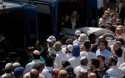 Friends and family carry the bodies of Naama and Eitam Henkin during their funeral at Har HaMenuchot Cemetery in Jerusalem, October 2, 2015. (Yonatan Sindel/Flash90)