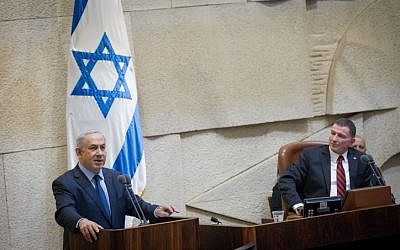 Prime Minister Benjamin Netanyahu speaks at the Knesset on December 30, 2015, flanked by Knesset Speaker Yuli Edelstein. (Miriam Alster/FLASH90)