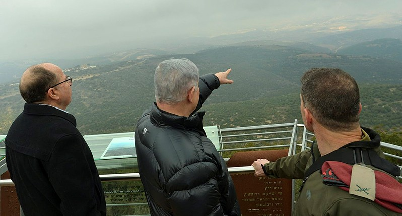Prime Minister Benjamin Netanyahu (center) and Defense Minister Moshe Ya'alon (left) visit a lookout point on the northern border of Israel, on February 2, 2016. (Kobi Gideon/GPO)