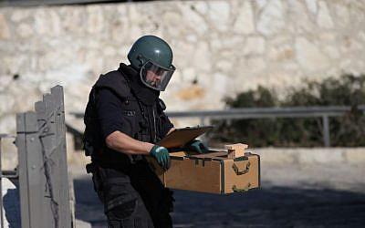 Illustrative image of a police sapper in Jerusalem, February 3, 2016. (Yonatan Sindel/Flash90)