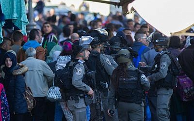 Border Police hold back the crowd at the scene of a shooting and stabbing attack near Damascus Gate, Jerusalem, February 3, 2016. (Yonatan Sindel/Flash90)