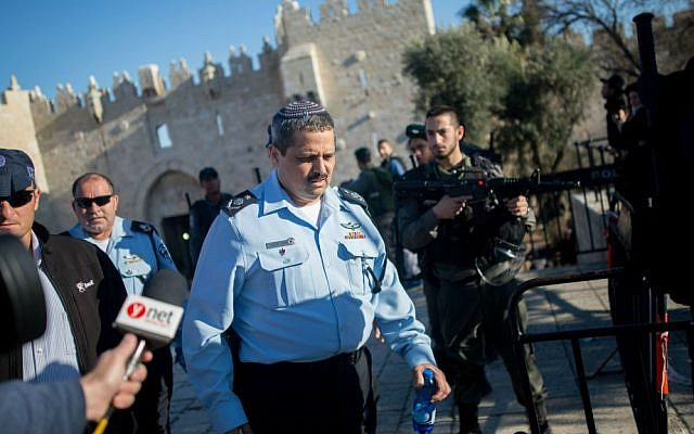 Police Commissioner Roni Alsheich at the scene of a shooting and stabbing attack near Damascus Gate, Jerusalem, February 3, 2016. (Yonatan Sindel/Flash90)