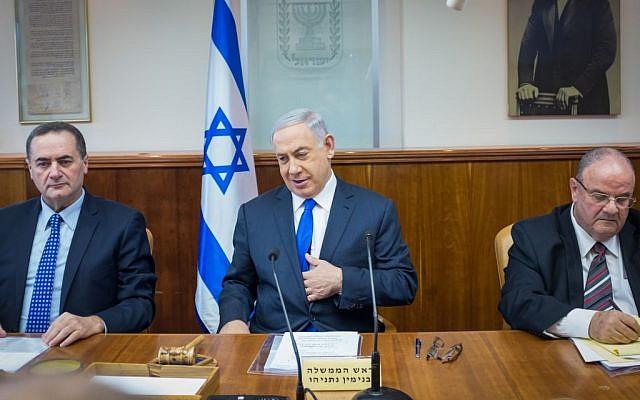 Prime Minister Benjamin Netanyahu leads the weekly cabinet meeting in Jerusalem, February 7. 2016. (Emil Salman/Pool/Flash90)