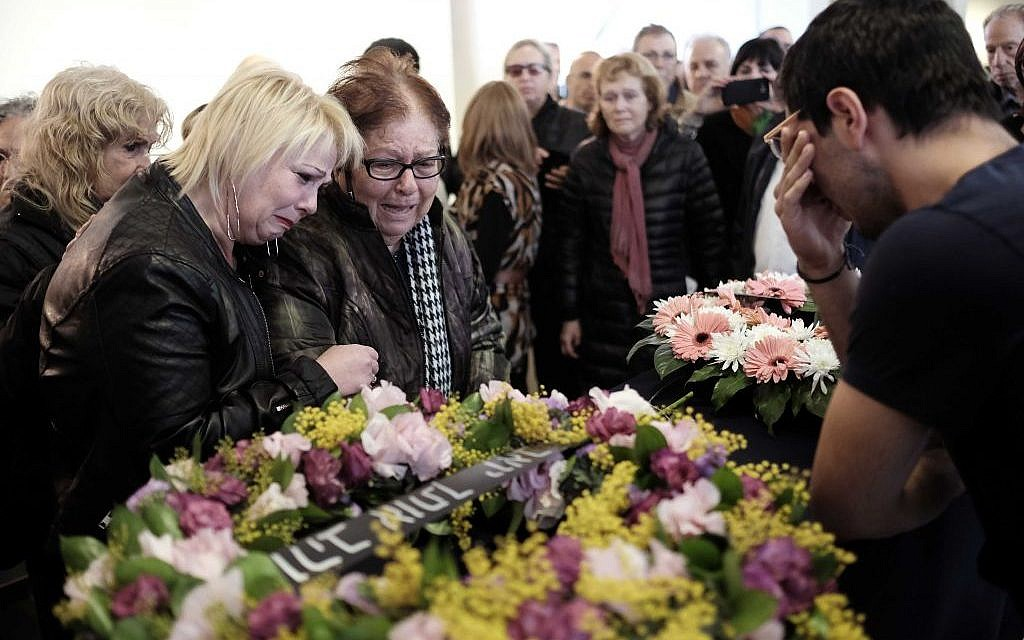 Family, friends, and colleagues, say goodbye to radio broadcaster Anat Dolev during her funeral in Tel Aviv, on February 8, 2016.  (Tomer Neuberg/Flash90)