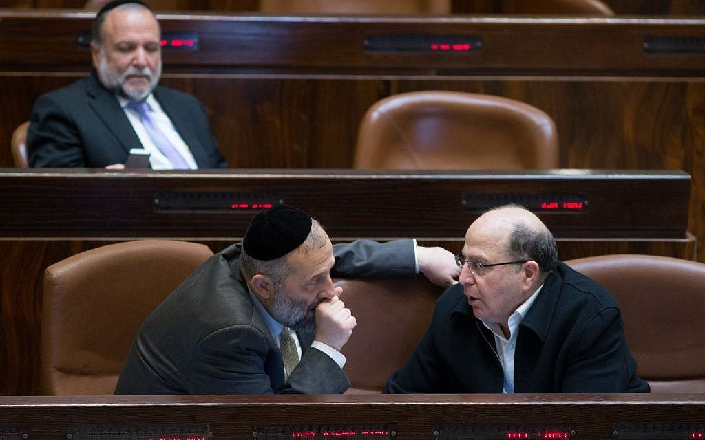 Defense Minister Moshe Ya'alon speaks to Interior Minister Aryeh Deri in the Knesset plenum on February 8, 2016 (Yonatan Sindel/Flash90)