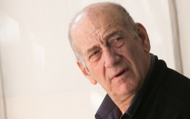 Former prime minister Ehud Olmert at the Jerusalem Magistrate's Court on February 10, 2016. (Ohad Zwigenberg/Pool)