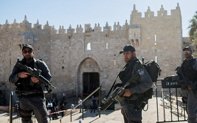 Security forces at the scene of a stabbing attack near Damascus Gate in Jerusalem on February 19, 2016 (Yonatan Sindel/Flash90)