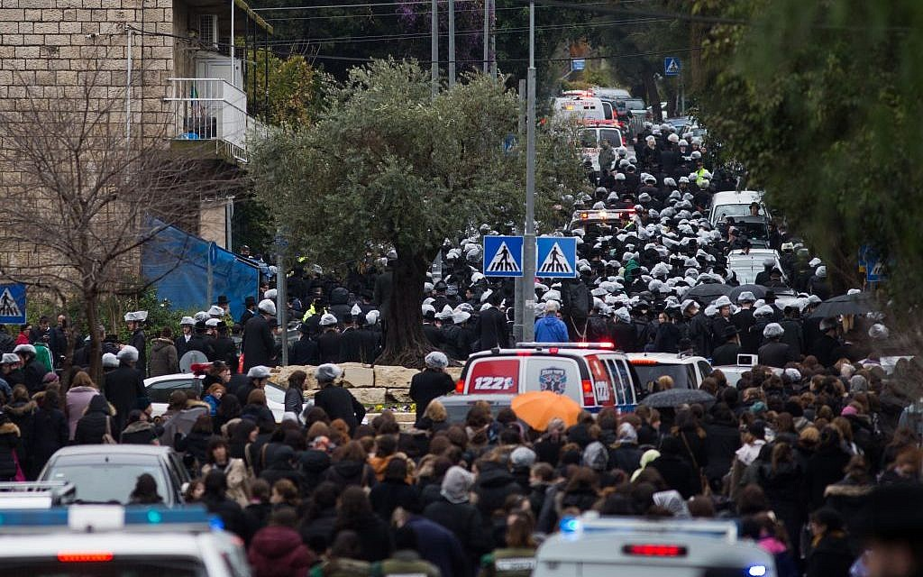 Thousand attend to the funeral of the Rabbi Yochanan Sofer in Jerusalem on February 22, 2016. (Yonatan Sindel/Flash90)