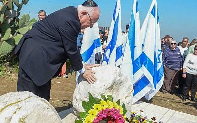 President Reuven Rivlin pays his respects at a memorial ceremony marking two years since the death of late prime minister Ariel Sharon on February 26, 2016, at the family's Negev ranch. (Mark Neyman/GPO)