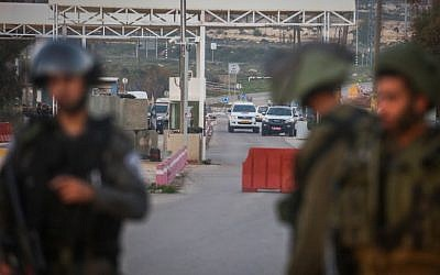 Israeli soldiers and security forces at the scene of an attempted stabbing attack at a checkpoint near the settlement of Beit El in the West Bank, on February 26, 2016. (Photo by Flash90)