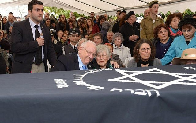 President Reuven Rivlin, left, with widow Ada Willenberg at the funeral for Samuel Willenberg on February 22, 2016. (Mark Neyman/GPO)